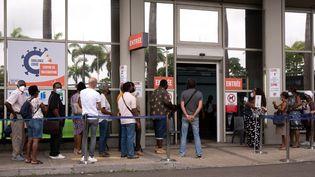 Des personnes font la queue pour se faire vacciner à Pointe-à-Pitre en Guadeloupe, le 30 juillet 2021. (YANNICK MONDELO / AFP)