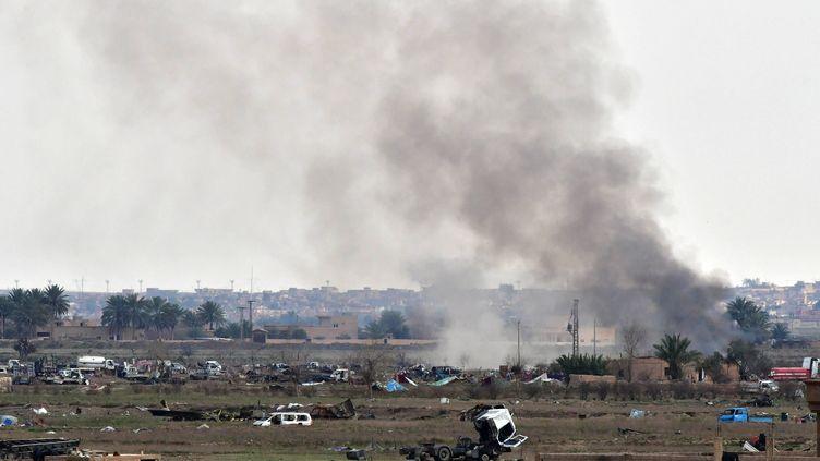 De la fumée s'échappe d'un village proche deBaghouz (Syrie), dernier bastion du groupe Etat islamique, le 15 mars 2019. (GIUSEPPE CACACE / AFP)