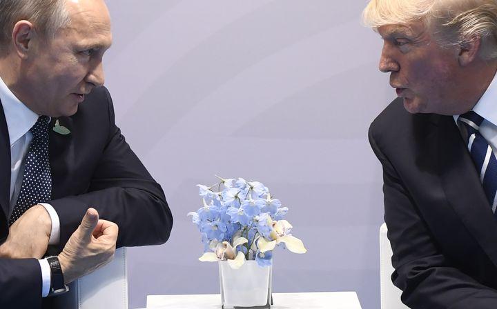 Vladimir Poutine et Donald Trump, le 7 juillet 2017 lors du G20 à Hambourg (Allemagne). (SAUL LOEB / AFP)