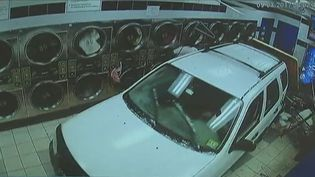 Un automobiliste a projeté par erreur sa voiture dans une laverie automatique, à New York, le 3 septembre 2017. (APTN)