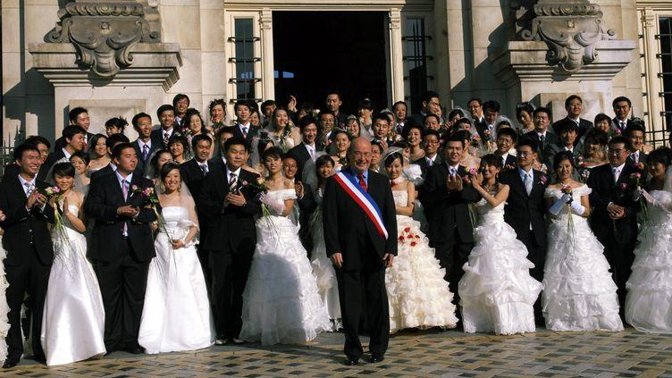 (Entre 2007 et 2011, des dizaines de couples chinois ont renouvelé leurs voeux de mariage à Tours, en présence du maire © MaxPPP)