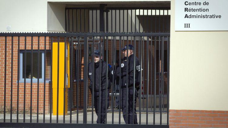 Des officiers de police devant le centre de rétention administrative deMesnil-Amelot, près de Paris, le 22 février 2012. (JOEL SAGET / AFP)