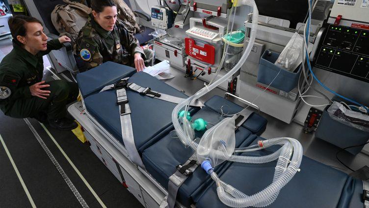 Des militaires vérifient le matériel médical installé dans un avion avant le décollage à Mulhouse (Haut-Rhin), le 31 mars 2020. (PASCAL GUYOT / AFP)