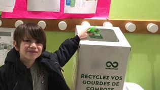 Jules,en CP, rapporte ses emballages de compotes à l'école pour qu'ils soient recyclés. (Anne-Laure Barral)