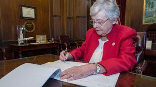 La gouverneure de l'Alabama, Kay Ivey, promulgue, le 15 mai 2019, la loi anti-avortement la plus stricte des Etats-Unis. (REUTERS)