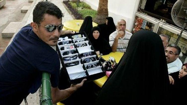 Jounieh, au nord de Beyrouth, le 24 Juin 2009: un vendeur de rue auprès de tourismes venus du Golfe. Il y a quatre ans, le Liban était encore une destination prisée. (AFP PHOTO / JOSEPH EID)