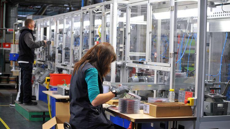 Des employés d'une usine de fabrication de stylos, à Saint-Herblain (Loire-Atlantique), en octobre 2013. (FRANK PERRY / AFP)