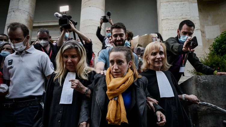 Valérie Bacot, entourée de ses deux avocates,Nathalie Tomasini (à gauche) etJanine Bonaggiunta (à droite), à la sortie du tribunal de Châlon-sur-Saône (Saône-et-Loire), vendredi 25 juin 2021. (JEFF PACHOUD / AFP)