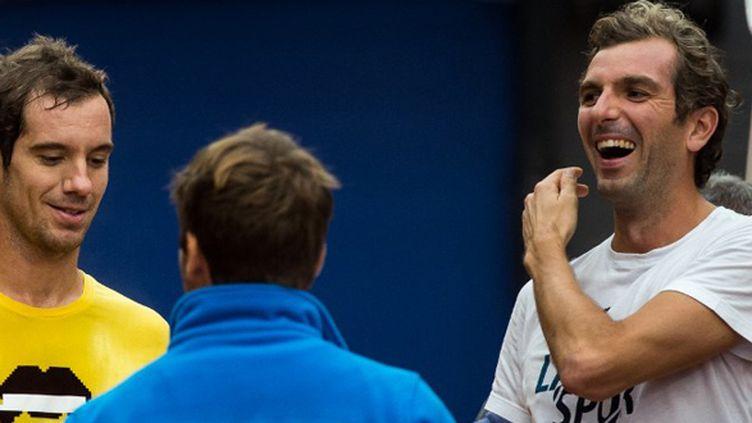 Julien Benneteau et Richard Gasquet complices avec le capitaine Clément (PHILIPPE HUGUEN / AFP)