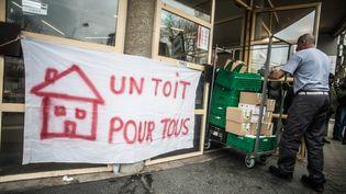 """Une banderole """"Un toit pour tous"""" devant un centre d'hébergement d'urgence à Lyon (Rhône), le 6 février 2017. (ROMAIN COSTASECA / CITIZENSIDE / AFP)"""