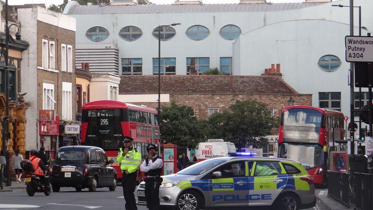Des policiers devant la station de métro Parsons Green de Londres, où a eu lieu l'explosion, le 15 septembre 2017. (STAISY MISHCHENKO / AFP)
