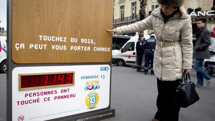 Un panneau de la Française des Jeux (FDJ), place de l'Opéra, à Paris, le 12 janvier 2012. (JS/nm/AFP ImageForum)