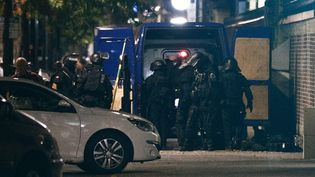 Les équipes du Raid sont arrivées sur place à 18h45 et ont commencé les discussions avec le preneur d'otages. (SAMEER AL-DOUMY / AFP)