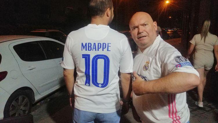 Supporters du Real Madrid, Tonin (à droite) et Arturo (à gauche) espèrent l'arrivée de Kylian Mbappédans le club espagnol qui a fait une offre à 180 millions au PSGpour s'attacher les services de l'attaquant français. (CYRILLE ARDAUD / RADIO FRANCE)