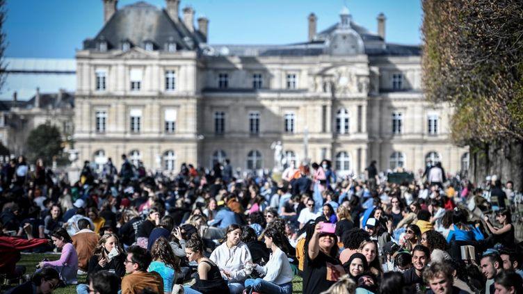 Des Parisiens profitent du soleil, le 28 mars 2021 au jardin du Luxembourg (Paris). (STEPHANE DE SAKUTIN / AFP)