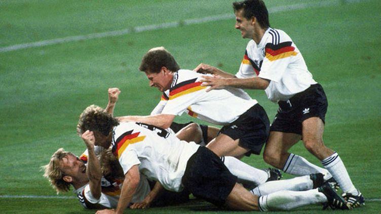(Andreas Brehme félicité par ses coéquipiers pour son but en finale © Carlo Fumagalli/AP/SIPA)