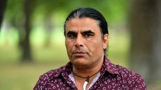 """Abdul Aziz, originaire d'Afghanistan, qualifié de """"héros"""" enNouvelle-Zélandepour avoir risqué sa vie afin faire fuir le tireur lors de l'attentat deChristchurch, qui a fait 50 morts vendredi. Un acte qui aura peut-être permis d'éviter un bilan encore plus lourd. (MICK TSIKAS / AAP)"""