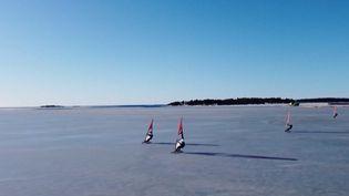 La planche à voile se pratique habituellement sur l'eau. Durant l'hiver,deraresamateurss'essayent à la planche des glaces. (France Info)