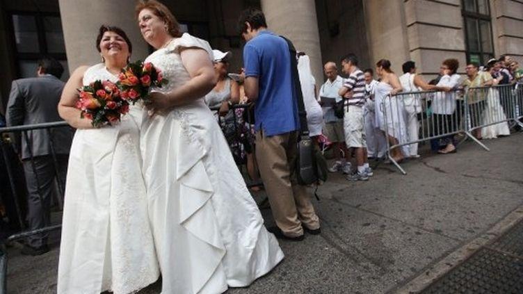 Un couple homosexuel attendant pour se marier devant la mairie de Brooklyn (AFP - Getty Images - Mario Tama)