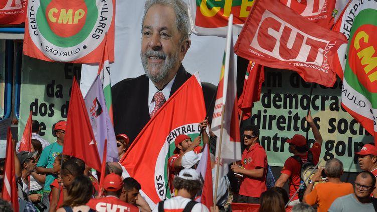 Lula, nouveau ministre d'Etat, et ancien président, est soutenu par ses partisans lors d'une manifestation, organisée le 18 mars 2016à Sao Paulo (Brésil). (NELSON ALMEIDA / AFP)