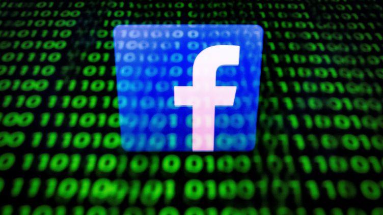 Le logo de Facebook, en 2018. (LIONEL BONAVENTURE / AFP)