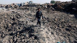 Un policier afghan patrouille sur les lieux de l'attentat survenu à Kaboul, lund i1er août 2016. (MOHAMMAD ISMAIL / REUTERS)
