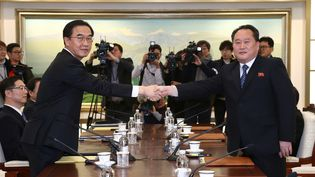 Le leader de la délégation de négociateurs sud-coréens, Cho Myoung-gyon (à gauche) serre la main de son homologue nord-coréen, Ri Son-gwon, lors des premiers pourparlers entre les deux pays en plus de deux ans, le 9 janvier 2018 à Panmunjom, dans la zone démilitarisée. (POOL NEW / REUTERS)