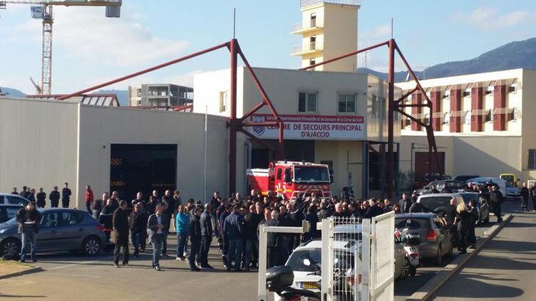 (Le centre de secours d'Ajaccio, où les élus nationalistes se sont rendus lundi en soutien aux pompiers agressés et pour appeler au calme. ©Mathilde Lemaire/Radio France)