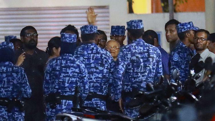 L'ancien président des Maldives, Maumoon Abdul Gayoom, au centre de l'image, arrêté par la police dans la nuit du 5 au 6 février 2018.  (MOHAMED SHARUHAAN / AP / SIPA)