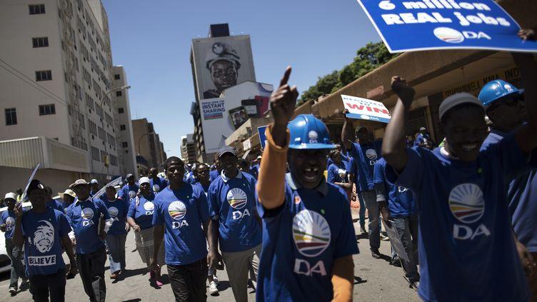 Des militants de l'Alliance démocratique (DA) ont organisé un rassemblement contre le chômage à Johannesburg, le 12 février 2014. (MARCO LONGARI / AFP)