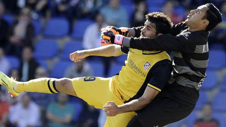 Diego Costa (Atlético Madrid) pris par le gardien de Levante (Keylor Navas) (JOSE JORDAN / AFP)