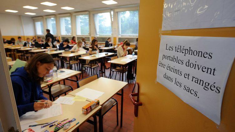 Dès 8 heures, les lycéens ont commencé à plancher sur la philosophie, première épreuve du bac, comme ici à Arras (Pas-de-Calais) le 18 juin 2012. (PHILIPPE PAUCHET / MAXPPP)