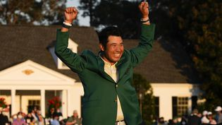 Hideki Matsuyama célèbre sa victoire à Augusta (Etats-Unis), le 11 avril 2021. (DAVID J. PHILLIP/AP/SIPA / SIPA)
