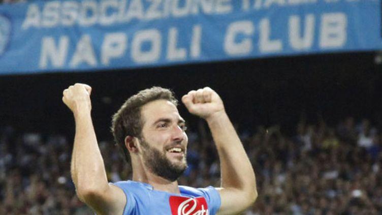 Gonzalo Higuain et les supporteurs du Napoli heureux