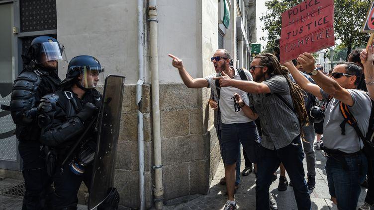 Des participants à la manifestation contre les violences policières font face aux forces de l'ordre, à Nantes, le 3 août 2019. (JEAN-FRANCOIS MONIER / AFP)