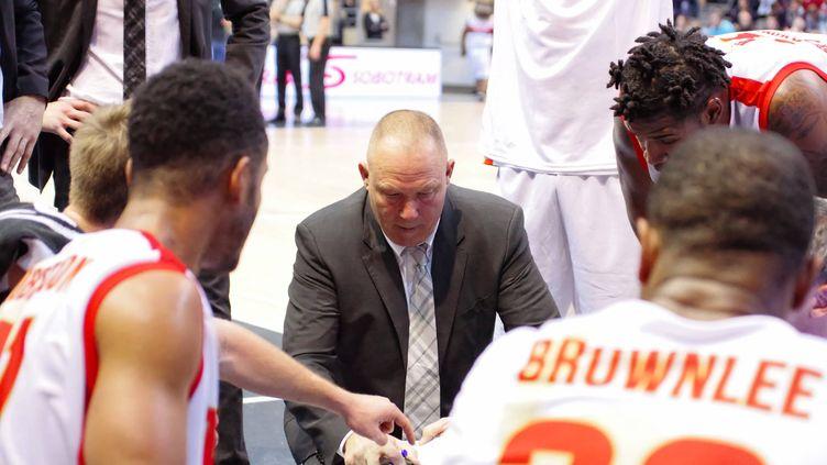 Les joueurs de l'Elan Chalon, autour de leur entraîneur Jean-Denys Choulet.  (CITIZENSIDE/JEAN-MARC LEQUIME / CITIZENSIDE.COM)