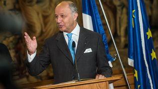Le ministre français des Affaires étrangères, Laurent Fabius, le 23 août 2015 à Prague (République Tchèque), peu avant son malaise. (MAXPPP)