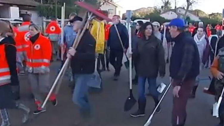 Capture d'écran - 22 janvier 2014 -300 bénévoles des communes voisines à La Londe-les-Maures (Var) ( FRANCE 3 / FRANCETV INFO)