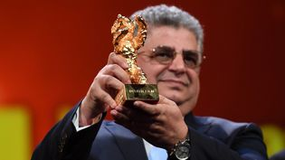 """Le producteurKaveh Farnam pose avec l'Ours d'or reçu samedi 29 février 2020 à la 70e Berlinale pour""""There is No Evil"""" duréalisateur dissident iranien Mohammad Rasoulof, assigné à résidence dans son pays. (EKATERINA CHESNOKOVA / SPUTNIK)"""