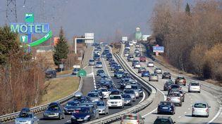 Des véhicules au ralenti, le 19 février 2011, sur la N90 entre Albertville et Moûtiers (Savoie). (JEAN-PIERRE CLATOT / AFP)
