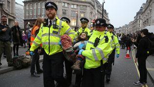 La police de Londres arrête un manifestant pour le climat, le 16 avril 2019. (TAYFUN SALCI / ANADOLU AGENCY / AFP)