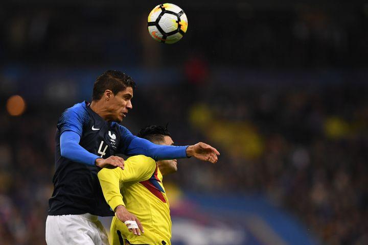 Le défenseur de l'équipe de France Raphaël Varane s'élève au-dessus du Colombien Falcao, lors du match amical entre les deux équipes le 23 mars 2018 au Stade de France (Seine-Saint-Denis). (FRANCK FIFE / AFP)
