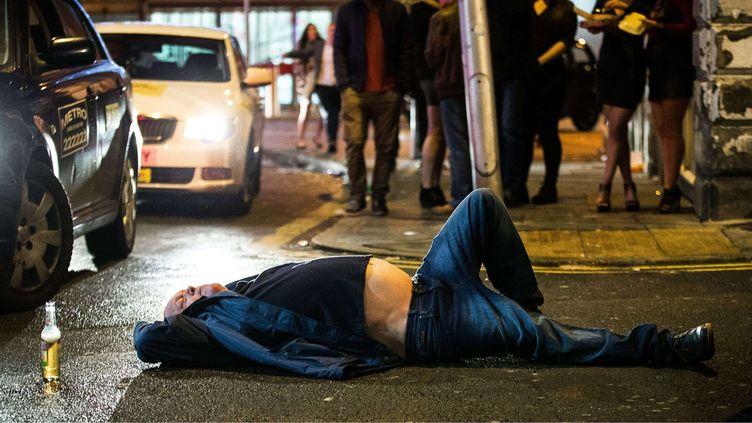 Un homme gît au sol, dans les rues de Manchester (Royaume-Uni), la nuit du 31 décembre 2015. (LNP /SHUTTERSTOCK /SIPA)