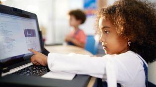 """Les enfants qui se confrontent plus de deux heures par jour aux écrans ont de moins bonnes capacités cognitives que les autres, selon une étude publiée le 27 septembre 2018 dans """"The Lancet"""". (CAIA IMAGE / SCIENCE PHOTO LIBRARY / NEW / AFP)"""