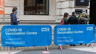La file d'attente devant un centre de vaccination au musée de science de Londres en Grande-Bretagne le 22 juin 2021. (MI NEWS / NURPHOTO)