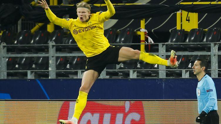 Erling Haaland célèbre son deuxième but inscrit contre le Séville FC, le mardi 9 mars à Dortmund. (LEON KUEGELER / POOL)