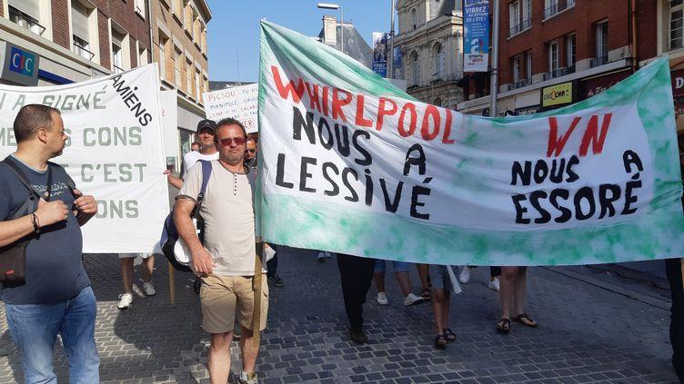 """Des salariés de WN manifestent à Amiens le 26 juillet 2019. Banderole """"Whirlpool nous a lessivé - WN nous a essoré"""". (CLAUDIA CALMEL / FRANCE-BLEU PICARDIE)"""