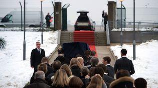 Les proches de Yann Desjeux, lors de l'arrivée du corps à l'aéroport de Roissy, jeudi 24 janvier. (BERTRAND LANGLOIS / AFP)