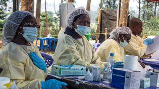 Des soignants préparent des vaccins contre le virus Ebola, le 27 juillet 2019, à Butembo, en République démocratique du Congo. (JC WENGA / ANADOLU AGENCY / AFP)