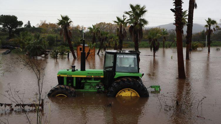 Un tracteur est abandonné dans une zone inondée àRoquebrune-sur-Argens (Var), le 24 novembre 2019. (VALERY HACHE / AFP)
